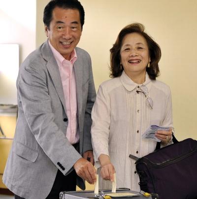 Nobuko Kan con su marido Naoto, primer ministro de Japón, votando en un colegio electoral en Tokio para la elección de los representantes de la Cámara Alta.