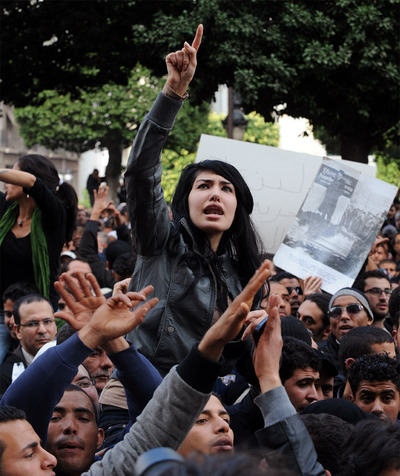 Una chica grita en la manifestación contra Ben Ali frente al Ministerio del Interior en la avenida Habib Burguiba de Túnez.