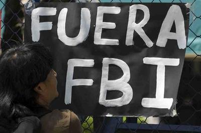 Una mujer mira un cartel contra el FBI colocado en la valla de la Embajada de EEUU en México en marzo de 2010.