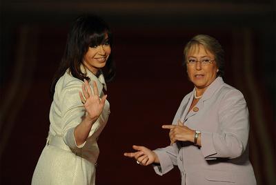La presidenta argentina, Cristina Fernández de Kirchner, junto a la entonces presidenta de Chile, Michelle Bachelet, en marzo de 2009.