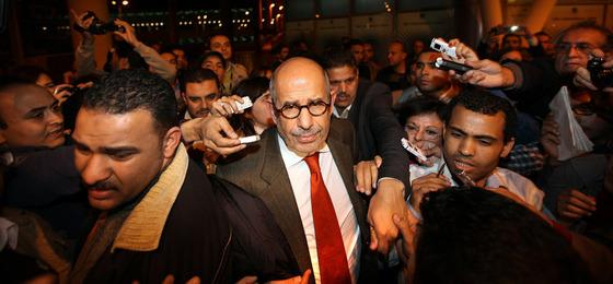 El líder opositor egipcio, Mohamed El Baredei, a su llegada a El Cairo.