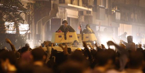 Los tanques avanzan sobre las calles de El Cairo, cerca de la sede de la televisión nacional.