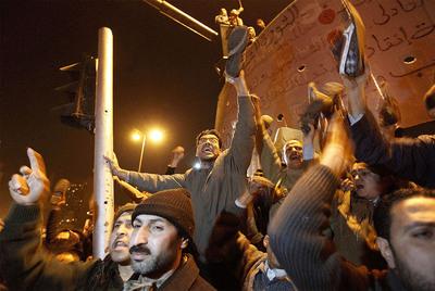 La resistencia de Mubarak a dejar el poder hasta las próximas elecciones ha indigando a los miles de manifestantes que siguen en la plaza de la Liberación. A los gritos de