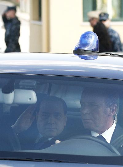 El primer ministro de Italia, Silvio Berlusconi, al marcharse de Mineo (Catania), adonde había acudido para dar una rueda de prensa sobre la llegada de inmigrantes tunecinos. Il Cavaliere será juzgado por prostitución de menores y cohecho.