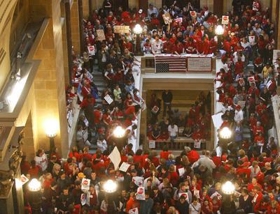 Funcionarios públicos del estado de Wisconsin protestan en el interior del Capitolio