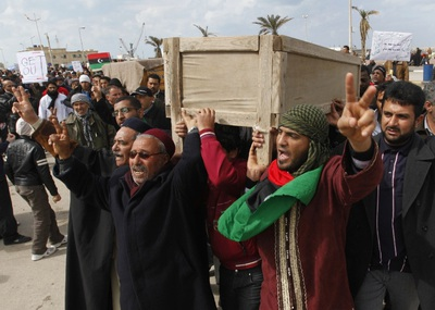 Un grupo de hombres celebra el funeral de dos muertos en la protestas en la ciudad de Bengasi.