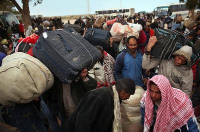 Un grupo de refugiados cruza la frontera con Túnez en la localidad de Ras Jdir (Libia).