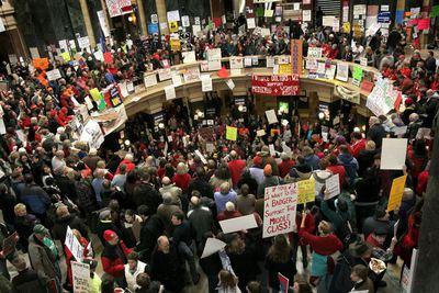 Un grupo de manifestantes, en el capitolio de la ciudad de Madison, en el Estado de Wisconsin.