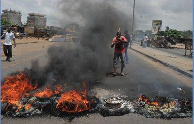 Un grupo de residentes del barrio de Abobo, en la capital financiera de Costa de Marfil, corta las calles para evitar la entrada a los partidiarios del presidente Gbagbo, perdedor en las últimas elecciones, pero que se resiste a abandonar el poder.