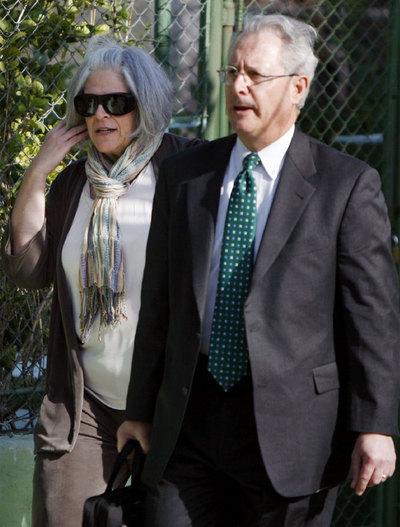 Judy Gross, esposa de Alan Gross, llega acompañada de un abogado al tribunal en La Habana en que se juzga a su marido, al que se piden 20 años de cárcel por distribuir ilegalmente equipos de comunicación por satélite.