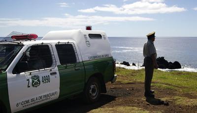 Un policía chileno observa desde la isla de Pascua el mar a la búsqueda de las olas del maremoto