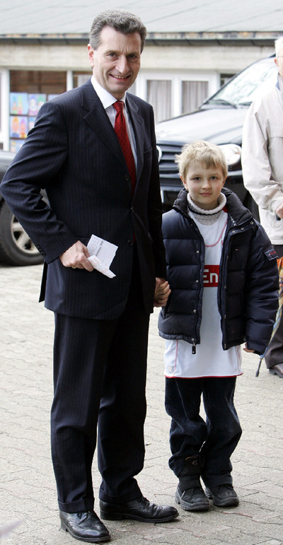 El comisario europeo de Energía, Günther Oettinger, en una imagen de 2006 con su hijo Alexander en Stuttgart.