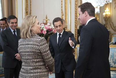 El presidente francés Nicolás Sarkozy, el primer ministro David Cameron y la secretaria de Estado Hillary Clinton conversan hoy en París.