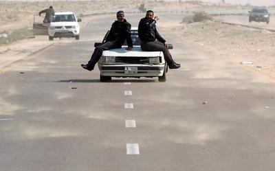 FOTOGALERIA: Subidos a un coche