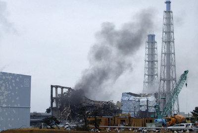 Una columna de humo sale de la zona donde está el reactor 3 de la central de Fukushima.