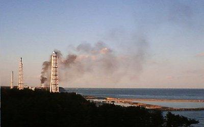Captura de una imagen de televisión facilitada por Tepco en la que se puede comprobar el humo negro que ha salido del reactor 3 de la central de Fukushima 1 y del que se desconoce su origen.