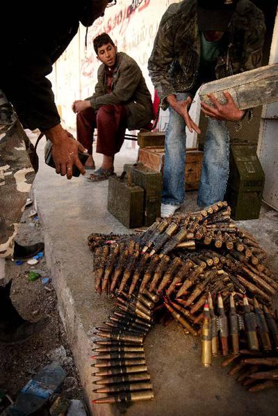 Rebeldes libios reúnen munición después de que combatientes rebeldes se hicieran con el control de la ciudad de Brega.