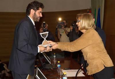 Vicente Jiménez, director adjunto de EL PAÍS, recoge en el Rectorado de la Universidad de Málaga el Premio Internacional a la Libertad de Prensa 2011 por la difusión de los papeles de Wikileaks. El galardón fue entregado por la rectora de la UMA, Adelaida de la Calle.