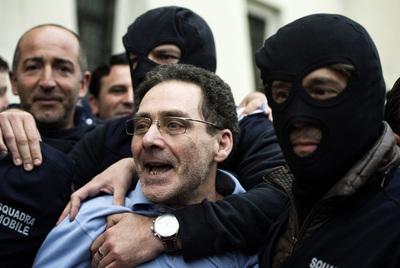 El mafioso Caterino tras ser detenido.