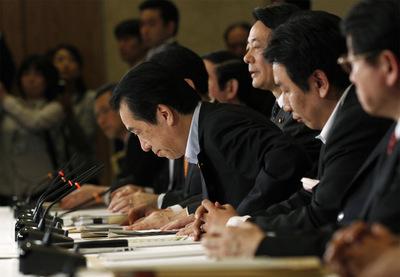 Naoto Kan saluda tras la reunión ministerial sobre la situación de Tepco.