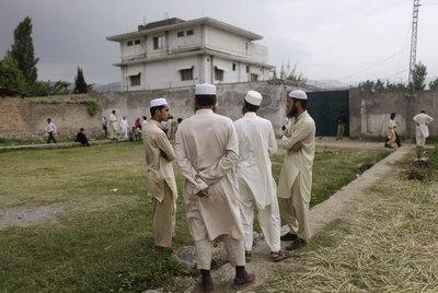 Vecinos de Abbottabad contemplan ayer la casa en la que estaba oculto Bin Laden.