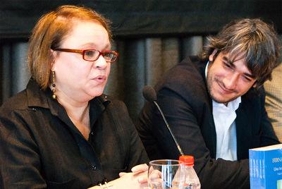 La escritora Zoe Valdés junto a Fernando Gril, autor del libro.