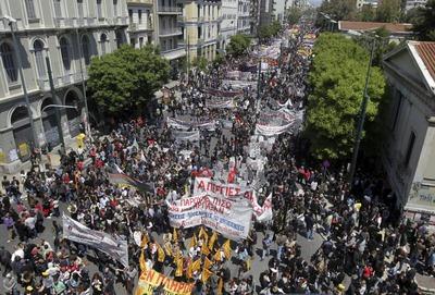 Imagen de la manifestación convocada en la tercer huelga general del año en Grecia en su recorrido hacia el Parlamento.
