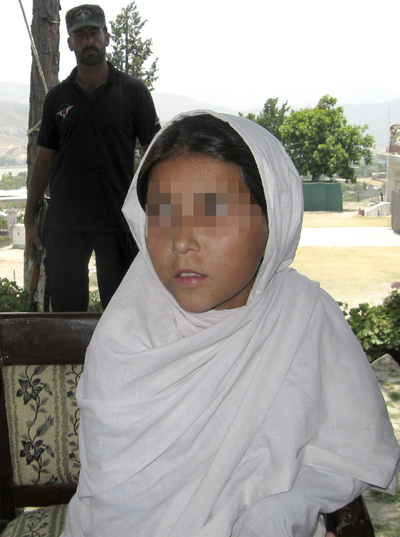 Sohana Javaid, custodiada por un policía.