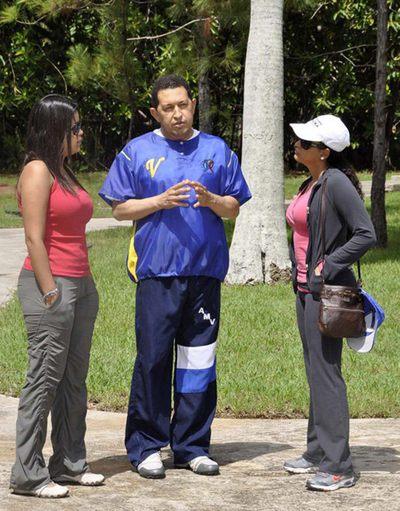 Chávez hablar con sus hijas María Gabriela (izquierda) y Rosa Virginia en La Habana, en una imagen cedida por Cubadebate.
