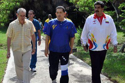 Chávez pasea con su canciller, Nicolás Maduro (izquierda) y uno de los médicos que le atienden en La Habana, en una fotografía cedida por el sitio oficial Cubadebate.
