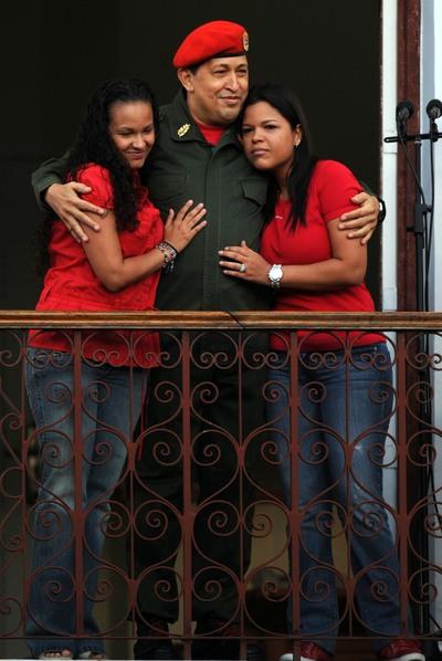 El presidente venezolano, Hugo Chávez, junto a sus hijas en el balcón del Palacio de Miraflores.