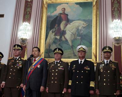 Chávez junto a varios jefes militares en el Palacio de Miraflores hoy 5 de julio de 2011
