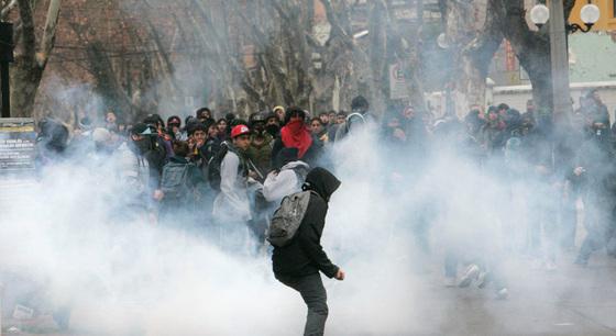 Jóvenes estudiantes son dispersados con gases lacrimógenos en el centro de Santiago