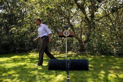 El presidente de EE UU, Barack Obama, se retira después de dar un discurso en el que pide a los estadounidenses tomar precaciones ante la llegada del huracán Irene