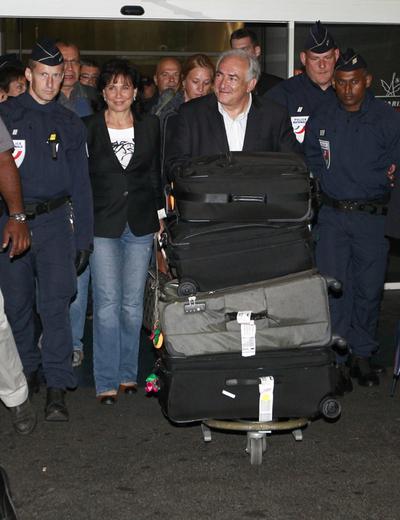 Dominique Strauss-Kahn y Anne Sinclair, recién llegados al aeropuerto Charles de Gaulle de París.