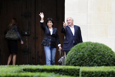 El exdirector del FMI y su mujer, Anne Sinclair, en el patio del edificio de la plaza de Los Vosgos, donde viven en París.