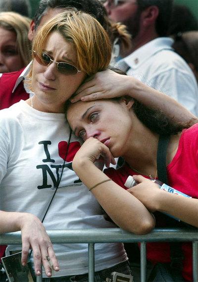 Dos jóvenes, en la zona cero de Manhattan, en el primer aniversario del 11-S.