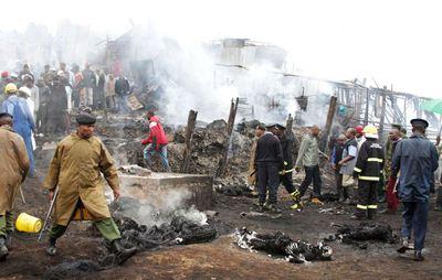 Vecinos y personal de rescate colaboran en labores de identificación tras el incendio que se ha producido cerca de la zona industrial de Nairobi.