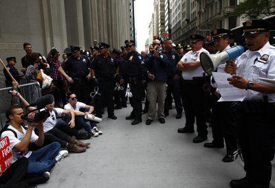 Un grupo de manifestantes hace una sentada cerca de Wall Street