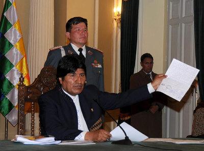 Morales se rinde ante la oleada de protestas populares por la represión de una marcha indígena
