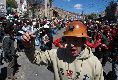 Un minero se manifiesta hoy durante una marcha desde la ciudad de El Alto a La Paz, Bolivia, liderada por la Central Obrera Boliviana (COB)