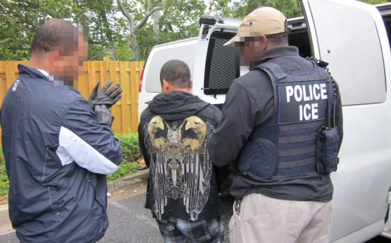 Agentes de la Oficina de Inmigración y Aduanas (ICE) de EE UU durante la 'Operación Cross Check'