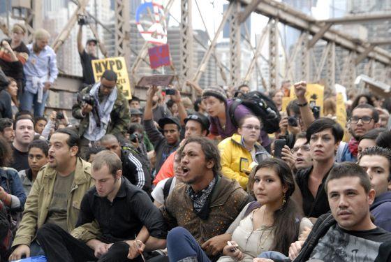 Jóvenes manifestantes durante la toma del puente de Brooklyn en Nueva York ayer sábado