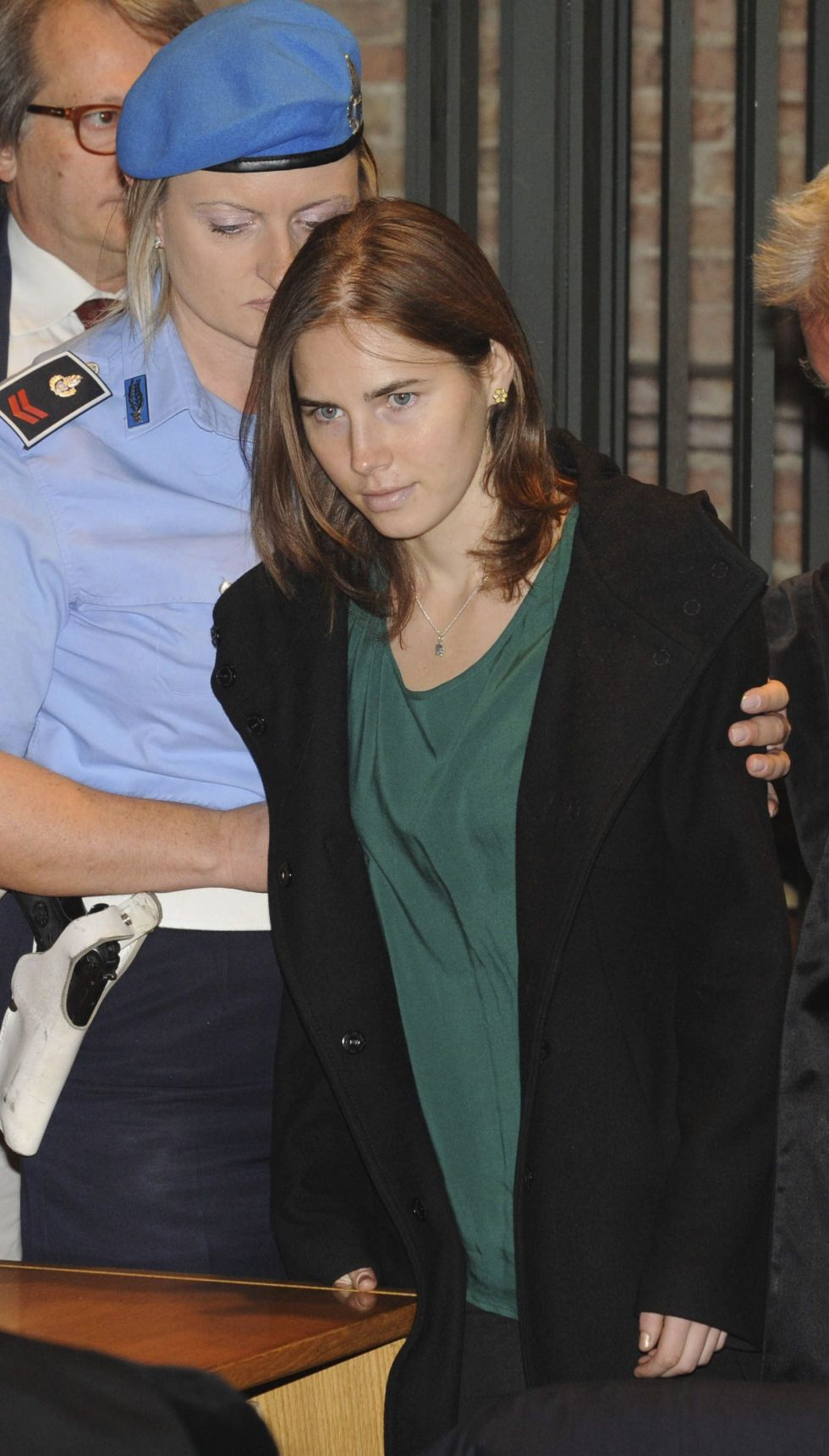 La estadounidense Amanda Knox llega escoltada al tribunal en Perugia.