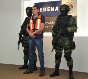 Las autoridades mexicanas presentan a Noel Salgueiro Nevarez, ya detenido.