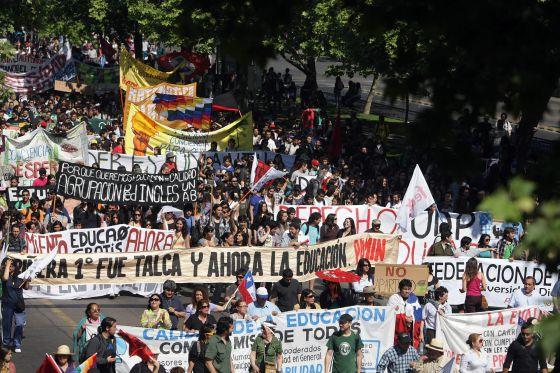 Cientos de manifestantes en una marcha estudiantil en Chile.