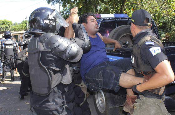 Un seguidor del opositor Fabio Gadea es detenido durante una protesta en La Concepción, a 30 kilómetros de Managua.