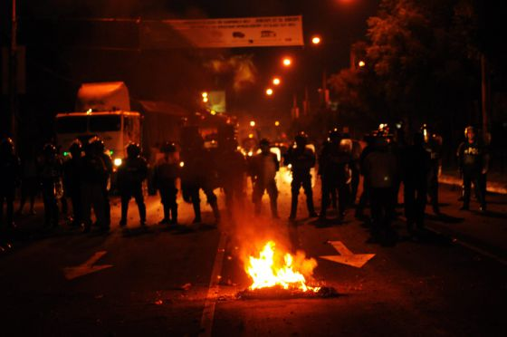 Miembros de la brigada especial de la policía nacional vigilan una protesta el pasado 8 de noviembre en Managua (Nicaragua).