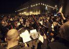 Miles de italianos celebran la salida de Berlusconi