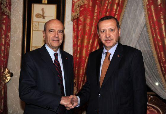 El ministro de Exteriores francés, Alain Juppé, con el primer ministro turco, Tayyip Erdogan.rn